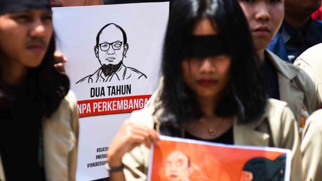 Mahasiswa yang tergabung dalam Aliansi Mahasiswa Indonesia melakukan aksi solidaritas pada Peringatan dua tahun kasus kekerasan terhadap Novel Baswedan di depan gedung KPK, Jakarta, Kamis, 11 April 2019.