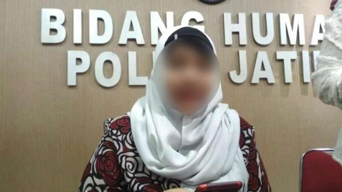 Seorang wanita melaporkan suaminya berselingkuh dengan wanita lain kepada polisi di Markas Polda Jawa Timur, Surabaya, pada Kamis, 11 April 2019.
