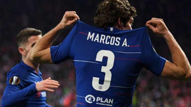 Bek Chelsea, Marcos Alonso rayakan gol.