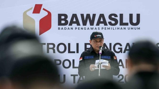 Ketua Bawaslu Abhan berpidato di hadapan peserta apel patroli pengawasan anti politik uang Pemilu 2019 di Lapangan Banteng, Jakarta