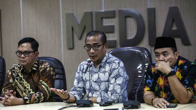 Komisioner Bawaslu Muhammad Afifudin (kanan) bersama Komisioner KPU Hasyim Asyari (tengah) dan Viryan Azis (kiri) menjawab pertanyaan dari wartawan terkait dugaan surat suara tercoblos di Malaysia di media center Bawaslu RI, Jakarta