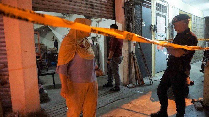 Polisi Diraja Malaysia (PDRM) Kajang bersama Relawan Prabowo - Sandi (PADI) Malaysia berjaga di lokasi penemuan surat suara Pemilu 2019 yang diduga sudah dicoblos di sebuah rumah toko Jalan Seksyen 2/11 Kajang Selangor