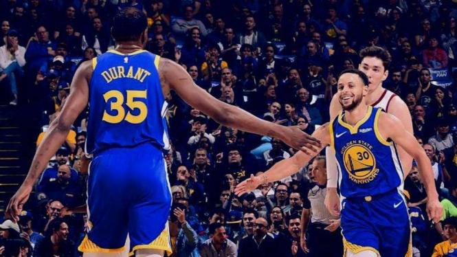 Dua bintang Golden State Warriors, Kevin Durant dan Stephen Curry