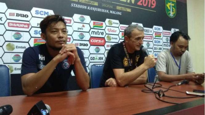Kapten Arema FC, Hamka Hamzah (kiri) dan pelatih Milomir Seslija