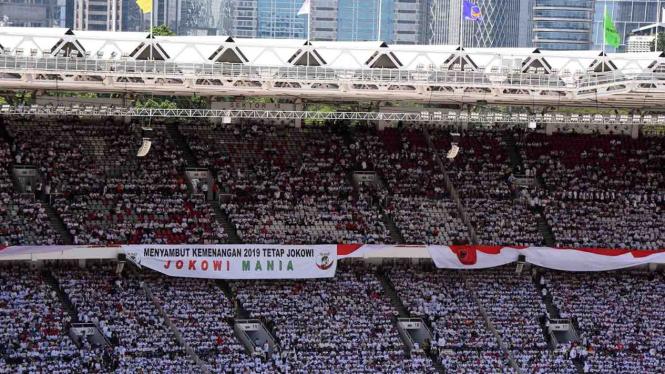 Relawan menghadiri acara Konser Putih Bersatu dalam rangka kampanye akbar pasangan pasangan Capres-cawapres nomor urut 01 Joko Widodo (Jokowi) - Ma'aruf Amin di Gelora Bung Karno, Jakarta, Sabtu, 13 April 2019.