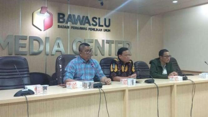 Ketua Bawaslu Abhan (tengah) didampingi Anggota Bawaslu, Fritz Edward Siregar (kiri) saat jumpa pers beberapa waktu lalu.