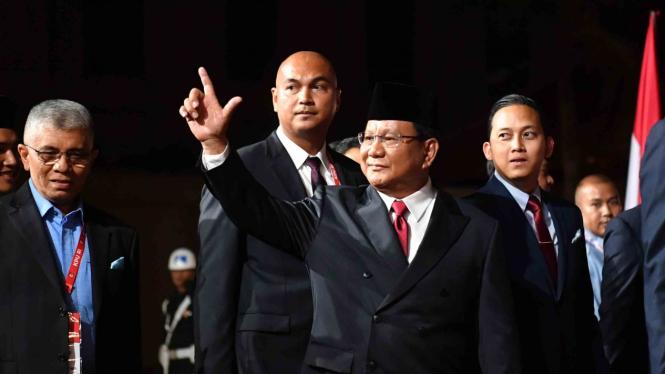 Capres  nomor urut 02 Prabowo Subianto menyapa para wartawan setibanya di lokasi debat capres putaran keempat di Hotel Sultan, Jakarta, Sabtu, 13 April 2019.