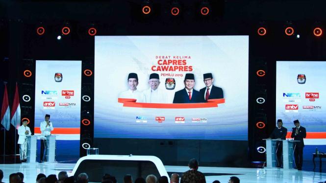 Pasangan capres-cawapres nomor urut 01 Joko Widodo (kedua kiri) dan Ma'ruf Amin (kiri) serta pasangan nomor urut 02 Prabowo Subianto (kedua kanan) dan Sandiaga Uno (kanan) bersiap mengikuti debat kelima Pilpres 2019 di Hotel Sultan, Jakarta, Sabtu, 13 Apr