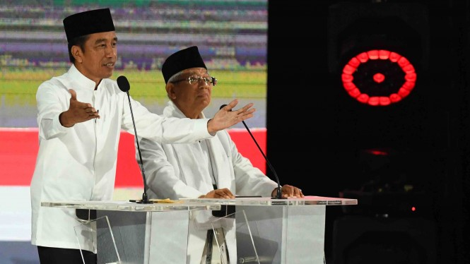 Pasangan capres-cawapres nomor urut 01 Joko Widodo (kiri) dan Ma'ruf Amin mengikuti debat kelima Pilpres 2019 di Hotel Sultan, Jakarta, Sabtu, 13 April 2019.