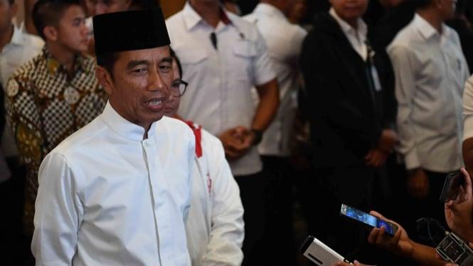 Capres nomor urut 01 Joko Widodo memberikan keterangan pers seusai mengikuti debat kelima Pilpres 2019 di Hotel Sultan, Jakarta, Sabtu, 13 April 2019.