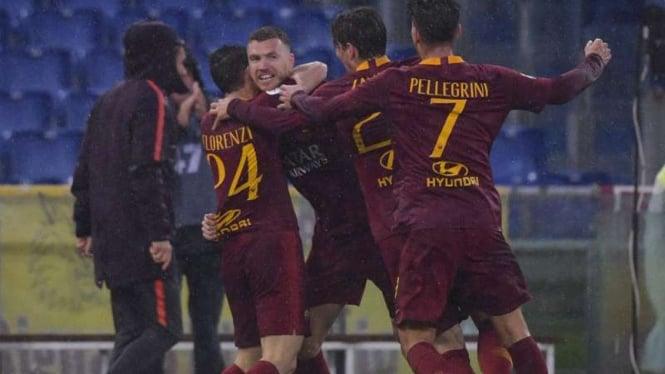 Pemain AS Roma rayakan gol Edin Dzeko.