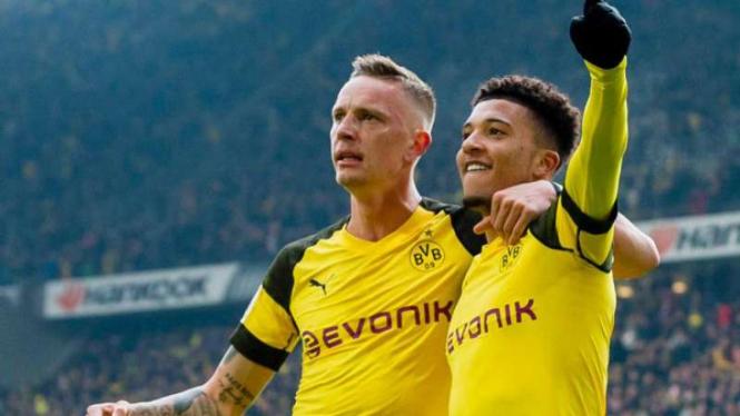 Pemain Borussia Dortmund rayakan gol Jadon Sancho (kanan).