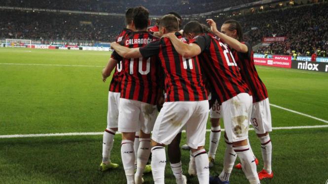 Pemain AC Milan merayakan gol.