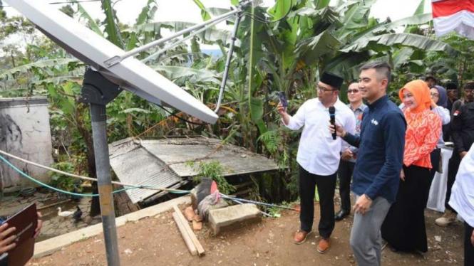 Gubernur Jawa Barat Ridwan Kamil meresmikan program Desa Digital di Desa Sirnarasa, Kecamatan Cikakak, Kabupaten Sukabumi, Minggu, 14 April 2019.