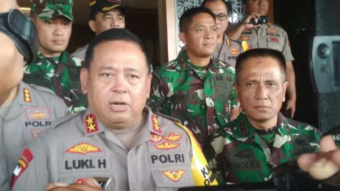 Kepala Polda Jatim Irjen Luki Hermawan dan Pangdam V/Brawijaya Mayjen TNI R. Wisnoe Prasetja Boedi di Markas Polda Jatim, Surabaya, pada Senin, 15 April 2019.