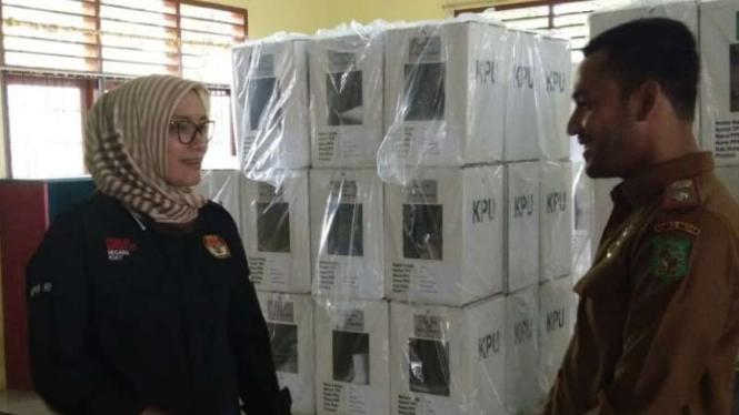 Komisioner KPU Evi Ginting saat meninjau distribusi logistik pemilu di Pangkalan TNI Angkatan Udara Soewondo hingga sekretariat Panitia Pemungutan Suara kelurahan di Medan, Sumatera Utara, Senin, 15 April 2019.