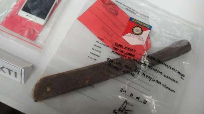 Tersangka pembunuhan dan mutilasi serta barang bukti yang dibeberkan polisi di M