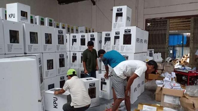 Petugas sedang mengepak logistik Pemilu di gudang logistik KPU Manggarai.