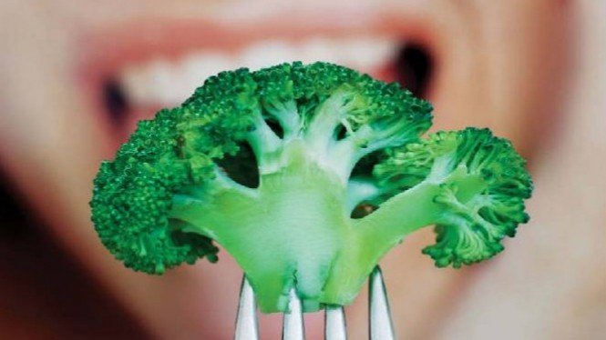 Makan brokoli mentah.