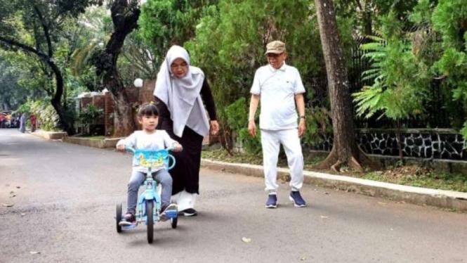 Cawapres Ma'ruf Amin beraktvitas bersama istri dan cucunya di Menteng, Jakarta.