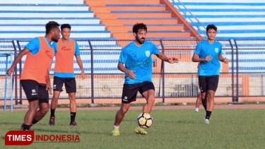 https://thumb.viva.co.id/media/frontend/thumbs3/2019/04/15/5cb483d9716cc-persela-lamongan-kembali-lepas-dua-pemain-asing_375_211.jpg