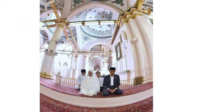 Presiden Jokowi dan keluarga di Makam Rosulullah