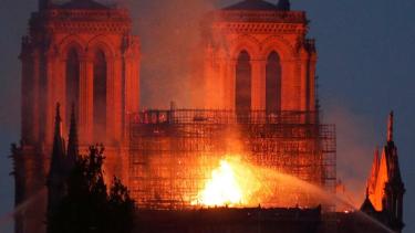 https://thumb.viva.co.id/media/frontend/thumbs3/2019/04/16/5cb50819cf137-katedral-notre-dame-di-paris-terbakar-warga-saatnya-sekarang-untuk-berdoa_375_211.jpg