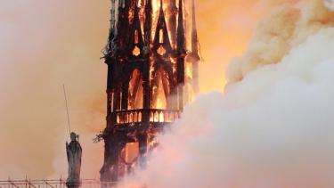 https://thumb.viva.co.id/media/frontend/thumbs3/2019/04/16/5cb5158fc40fb-penampakan-kebakaran-di-katedral-notre-dame-paris_375_211.jpg