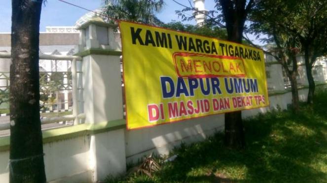 Spanduk menolak dapur umum di area Masjid Agung Al-Amjad, Tigaraksa, Tangerang.