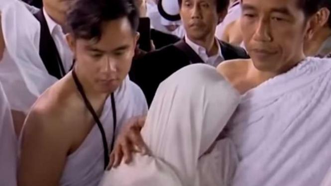 Ibu Iriana tampak menangis di pelukan Presiden Joko Widodo