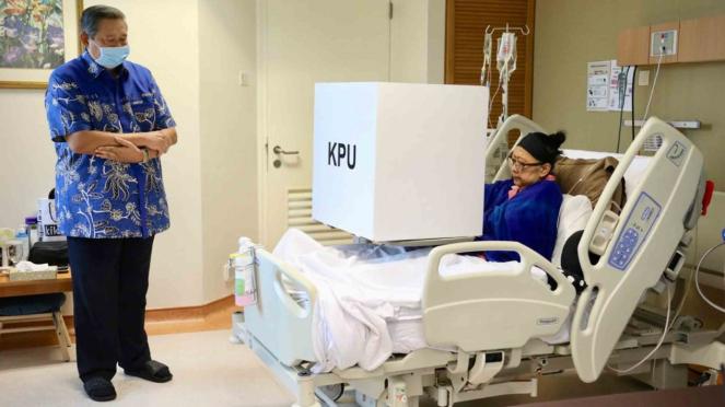 Mantan presiden Susilo Bambang Yudhoyono (SBY) mendampingi istrinya Ani Yudhoyono (kanan) menggunakan hak suaranya dalam Pemilu serentak 2019, di National University Hospital (NUH), Singapura