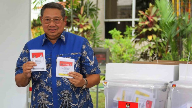 Mantan presiden Susilo Bambang Yudhoyono (SBY) menunjukkan surat suara saat menggunakan hak suaranya dalam Pemilu serentak 2019, di salah satu TPS, di Singapura