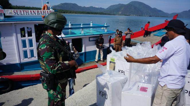 Distribusi logistik pemilu dengan boat kayu ke Kepulauan Banyak, Aceh Singkil.