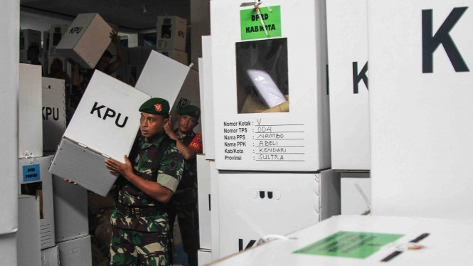 Personel TNI Angkatan Darat dari Korem 143 Haluoleo Kendari membantu mengangkat logistik Pemilu serentak 2019 di atas truk di gudang KPU Daerah Kendari, Kendari, Sulawesi Tenggara.