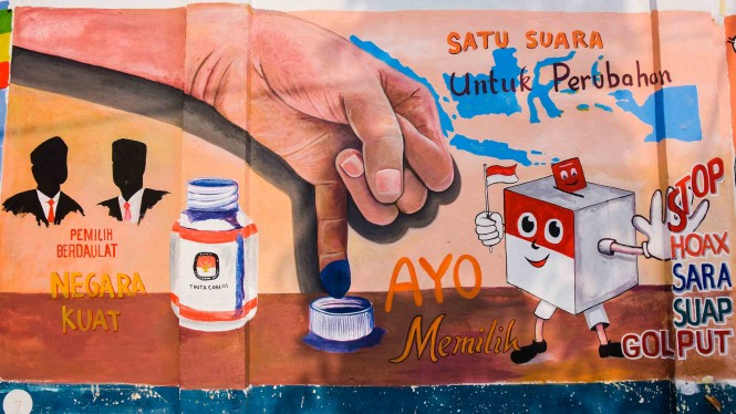 Mural karya seniman bertema ajakan memilih di Pemilu serentak 2019, di Kota Pekanbaru, Riau
