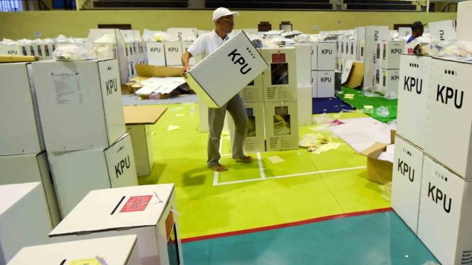 Petugas Kelompok Panitia Pemungutan Suara (KPPS) memeriksa kelengkapan logistik Pemilu sebelum didistribusikan ke kelurahan di gudang logistik KPU Jakarta Pusat, GOR Tanah Abang, Jakarta