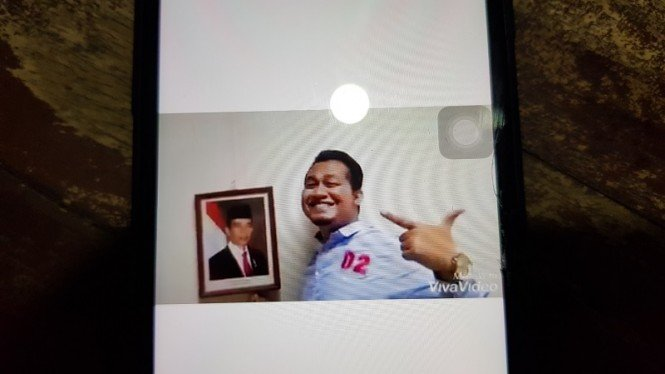 Video pendukung 02 menurunkan foto Presiden Jokowi