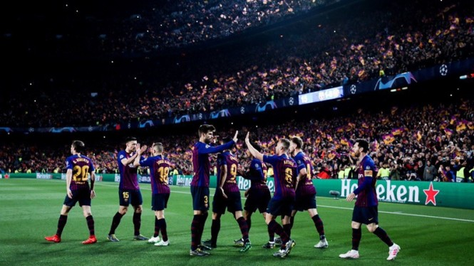 Pemain Barcelona merayakan gol ke gawang Manchester United