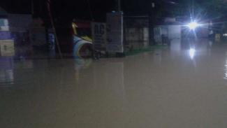 Kompleks kampus UIN Jambi dan Lapas Kelas II A kebanjiran hingga air meluap ke jalan raya pada hari pencoblosan pemilu, Rabu pagi, 17 April 2019.