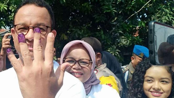 Gubernur DKI Jakarta Anies Baswedan dan keluarga menggunakan hak suara dalam Pemilu 2019.