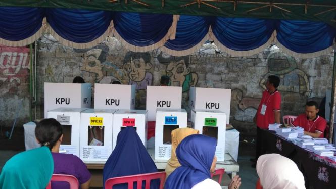 Suasana pelaksanaan pemungutan suara Pemilu 2019, 17 April 2019