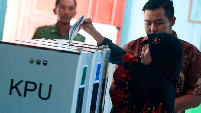 Warga memasukkan surat suara ke dalam kotak suara pada Pemilu 2019 di TPS 03 Desa Savanajaya, Pulau Buru, Maluku