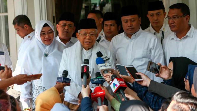 Calon Wakil Presiden nomor urut 01 Ma'ruf Amin (tengah) didampingi istri Wury Estu Handayani (kiri) menjawab pertanyaan dari sejumlah wartawan sebelum berangkat menuju TPS di rumahnya, Jakarta