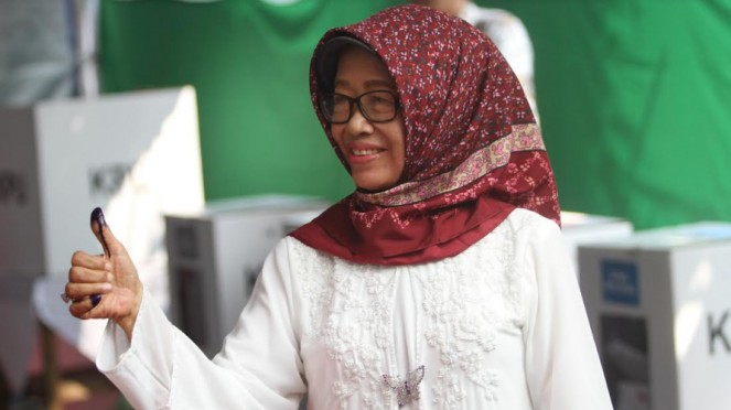 Ibunda Presiden Jokowi, Sujiatmi Notomiharjo, saat ikut Pemilu 2019.