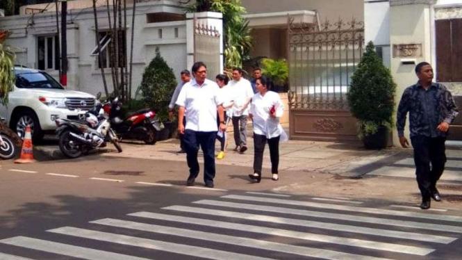 Airlangga Hartarto berjalan kaki ke TPS bersama keluarga