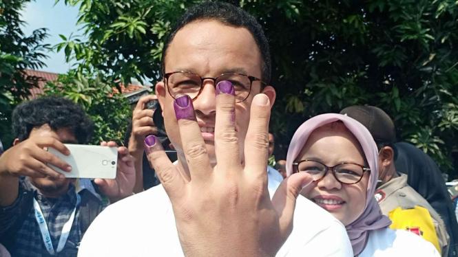 Gubernur DKI Jakarta Anies Baswedan usai mencoblos di Pemilu 2019.