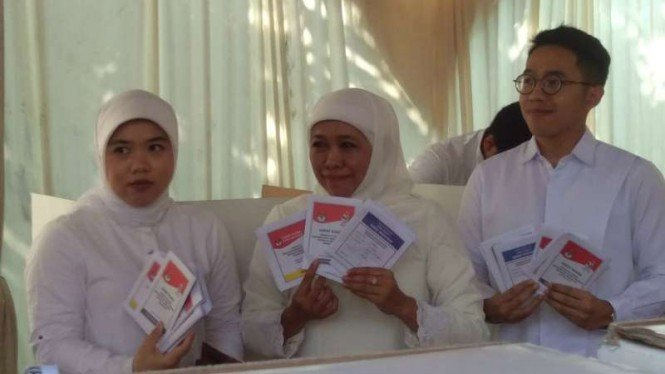 Gubernur Jawa Timur Khofifah Indar Parawansa bersama anak-anaknya saat ikut Pemilu di dekat rumahnya di kawasan Jemurwonosari, Wonocolo, Surabaya, Jawa Timur, 17 April 2019.