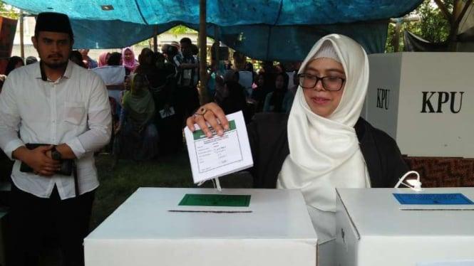 Siti Haniatunnisa, putri bungsu calon wakil presiden Ma'ruf Amin mencoblos di kompleks pesantren Syekh Nawawi al-Bantani, Kabupaten Serang, Banten, pada Rabu, 17 April 2019.