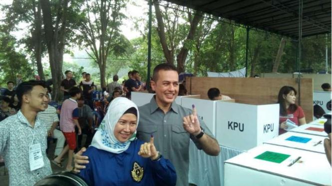 Wagub Sumut Musa Rajekshah dan istri di TPS