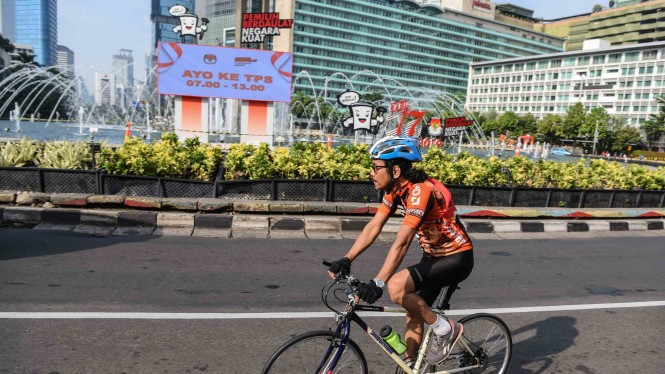 Pesepeda melintas di kawasan Bundaran HI, Jakarta, Rabu, 17 April 2019.